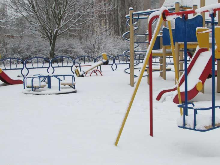 Заснеженная детская площадка.