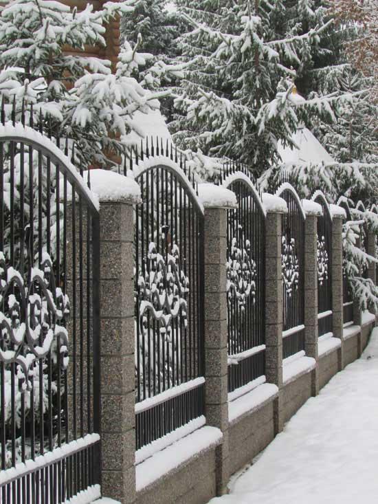 Снег украсил город.